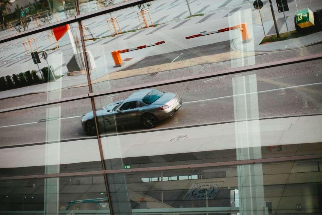 sedan negru pe drum în timpul zilei - Reflectarea sticlei - Mercedes-Benz SLS AMG - Mașină sport de lux Gran-Turismo-Coupé. Realizat cu lentile analogice vintage, Leica Summilux-R 1.4 50mm (An: 1983). Messe, Nürnberg, Deutschland (16×11)