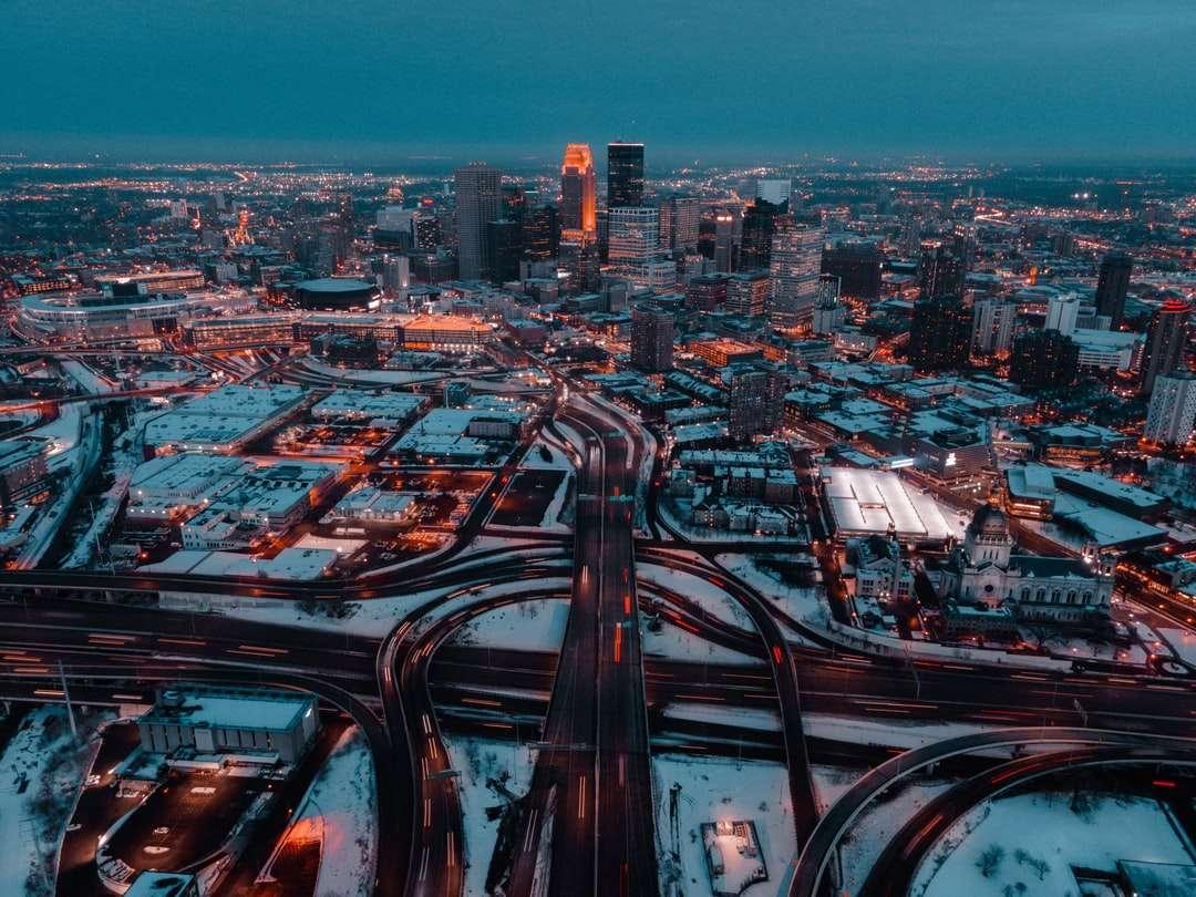 orizontul orașului în timpul nopții - Sistem de autostrăzi care duce în oraș noaptea. Minneapolis, MN, SUA (8×6)