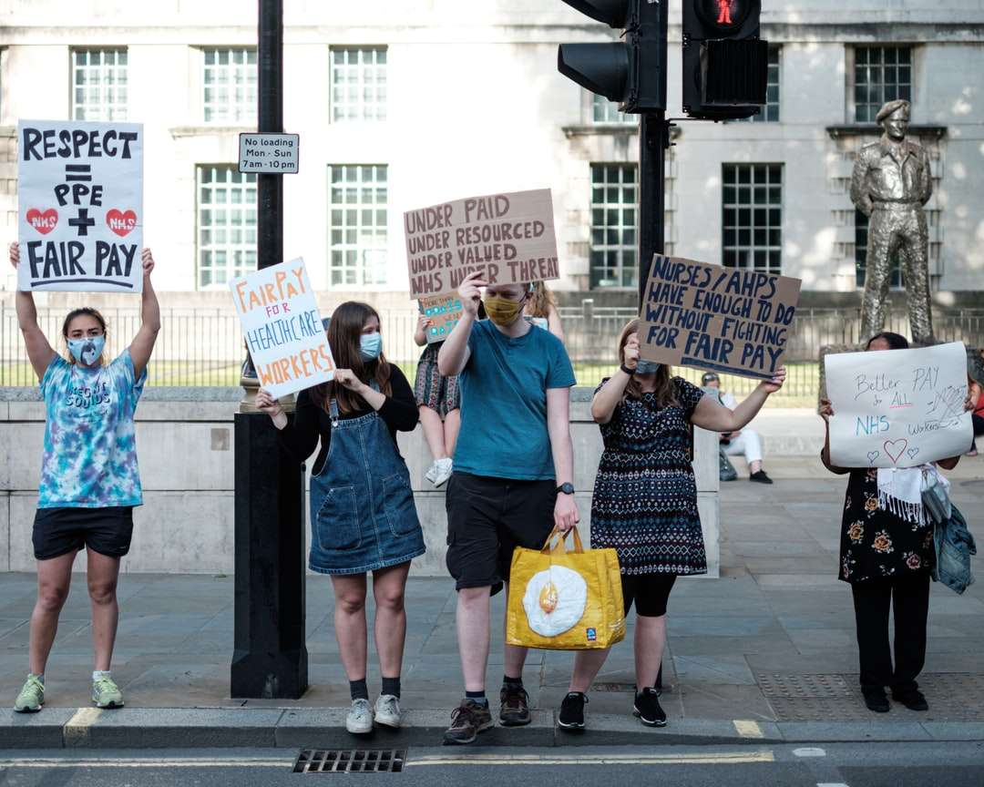 oameni care dețin un banner alb și albastru - Westminster, Londra, Marea Britanie (2×2)