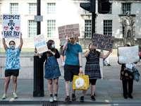 oameni care dețin un banner alb și albastru
