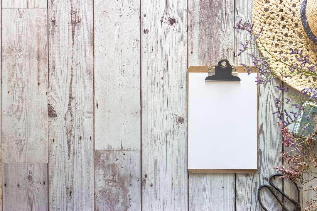 scândură de lemn albă pe perete de lemn alb - Mașină PSD gratuită disponibilă aici https://visualstories.nl/free-mockups-using-my-latest-unsplash-contributions/ (6×4)
