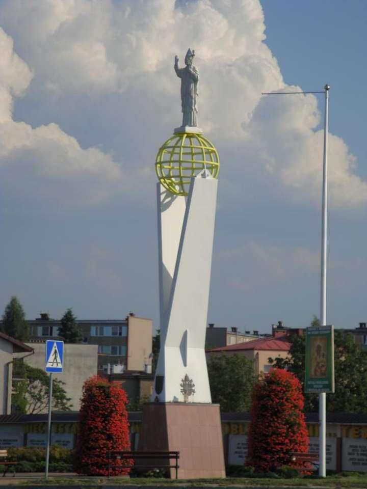 Monumentul lui Ioan Paul al II-lea din Tarnobrzeg - Monumentul lui Ioan Paul al II-lea din Tarnobrzeg - un monument ridicat în 2005 pentru a comemora Papa Ioan Paul al II-lea. Inițiatorul monumentului este pr. Michał Józefczyk - preot paroh al Maic (3×4)