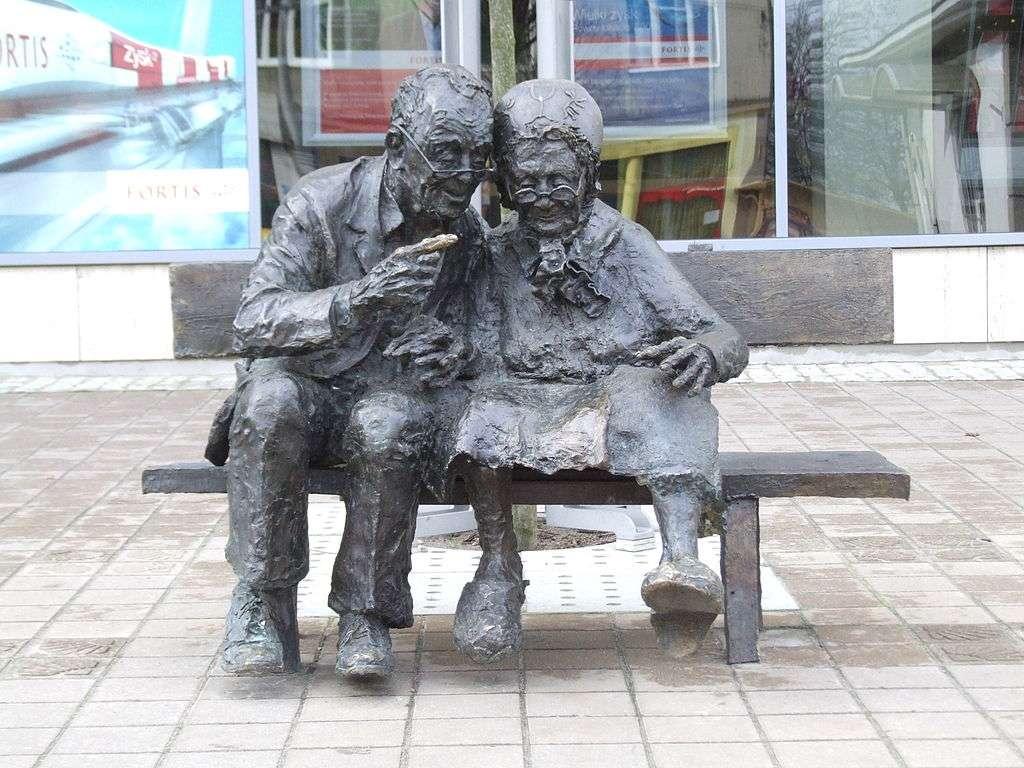 O pereche de casubieni pe o bancă - O pereche de Kashub pe o bancă sunt situate în Gdynia, Piața Kaszubski. A fost dezvăluit la 30 septembrie 2006 [1]. Autorul său este sculptorul și pictorul Adam Dawczak-Dębicki, absolvent al Ac (4×3)