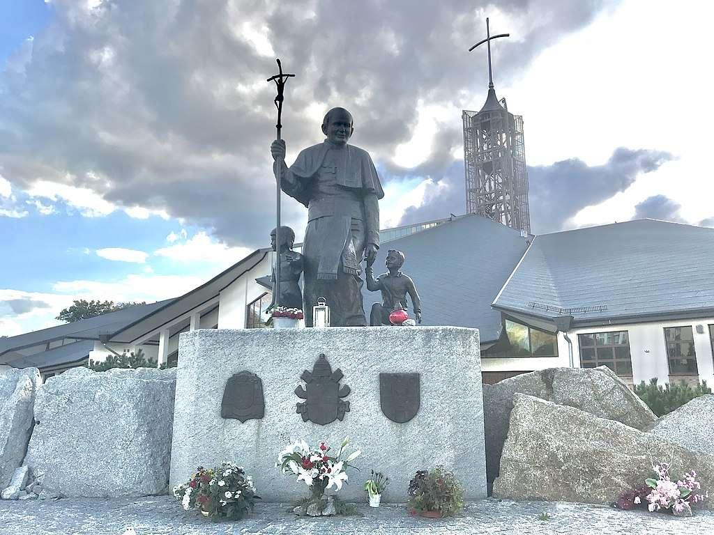 Св. Йоан Павел II в Зелона Гура - Св. Йоан Павел II в Зелена Гура - паметник на Моника Задурска-Биелак, открит в Зелона Гура през 2006 г (4×3)