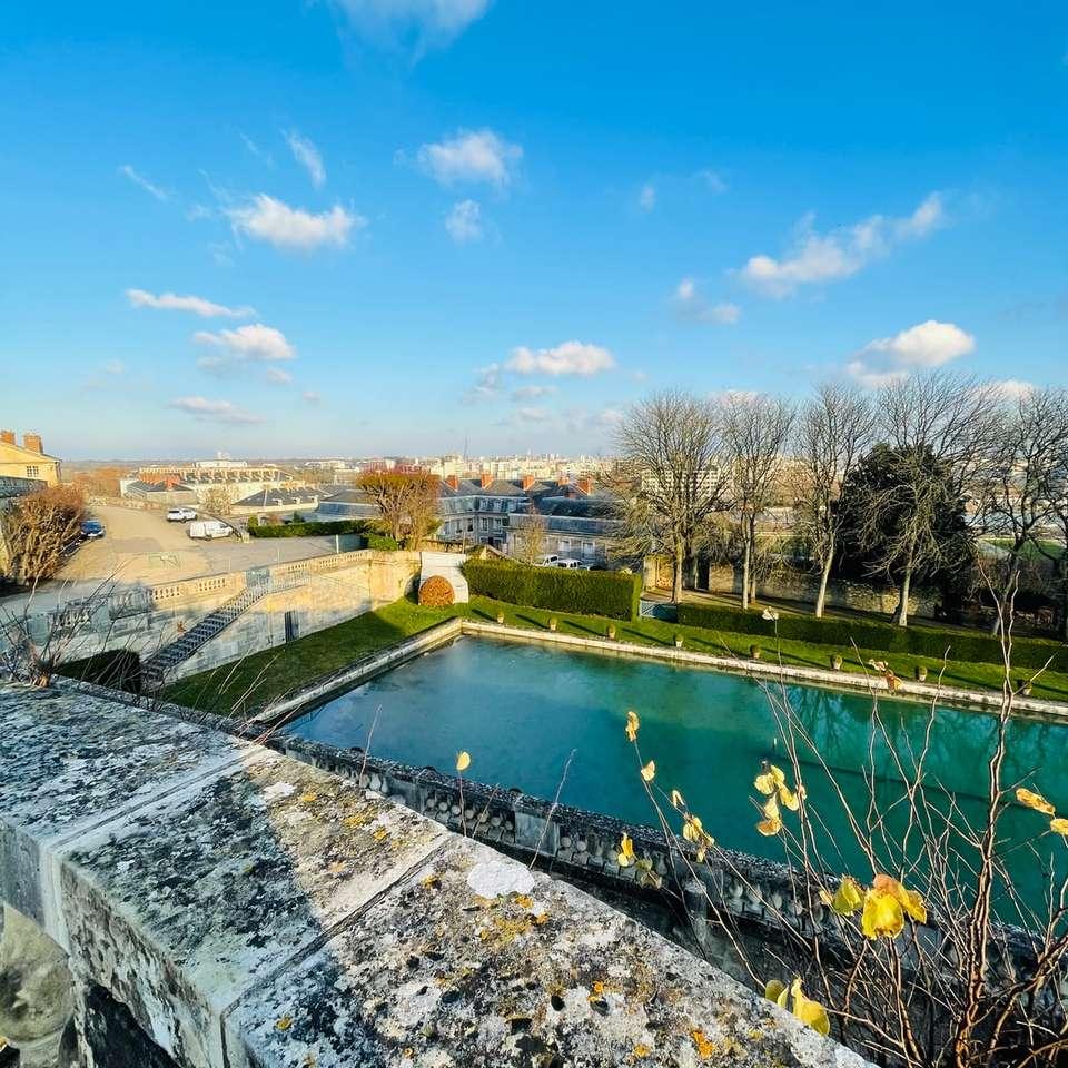 campo de grama verde perto da massa de água sob o céu azul - campo de grama verde perto de corpo d'água sob o céu azul durante o dia. . Paris, França (11×11)