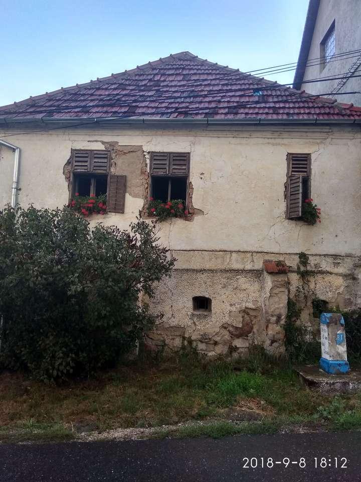 Стара къща - Стара къща, чийто собственик е поставил саксии със здравец в прозорците (9×12)