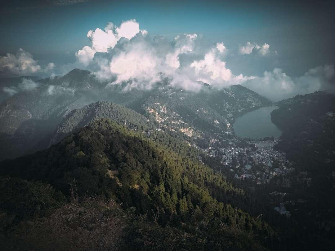 montanhas verdes e pretas sob o céu azul e nuvens brancas - montanhas verdes e pretas sob o céu azul e nuvens brancas durante o dia. . Pico da China, Cordilheira Naina, Nainital, Uttarakhand (4×3)