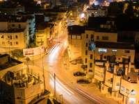 éjszakai autók közúti épületek közelében
