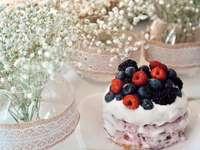 biało-brązowy tort z jagodami na wierzchu