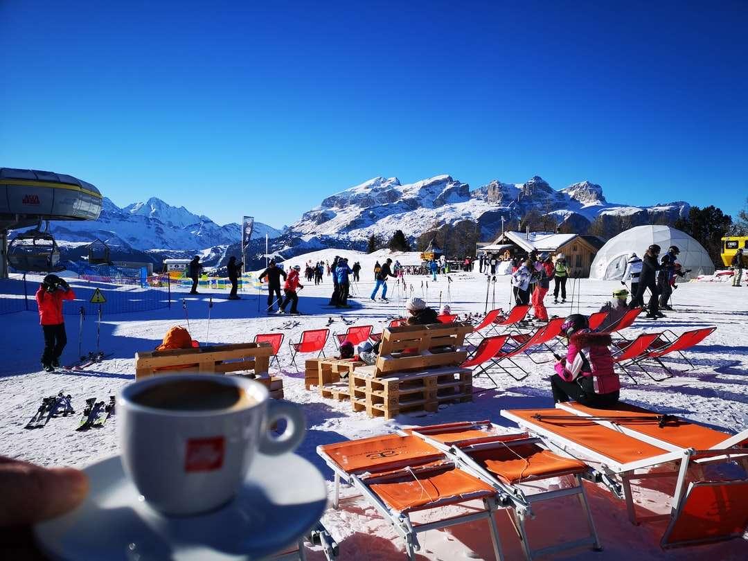 caneca de cerâmica branca na mesa de madeira marrom - Badia, Tirol do Sul, Italija (20×15)