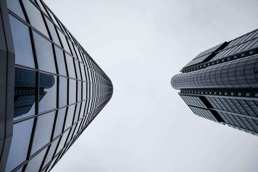 nízký úhel fotografie výškové budovy - Mrakodrap moderní kancelářské architektury - finanční a bankovní čtvrť ve Frankfurtu. Frankfurt nad Mohanem, Německo (3×2)