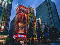 κόκκινο και μπλε φωτισμένο κτίριο κατά τη διάρκεια της νύχτας