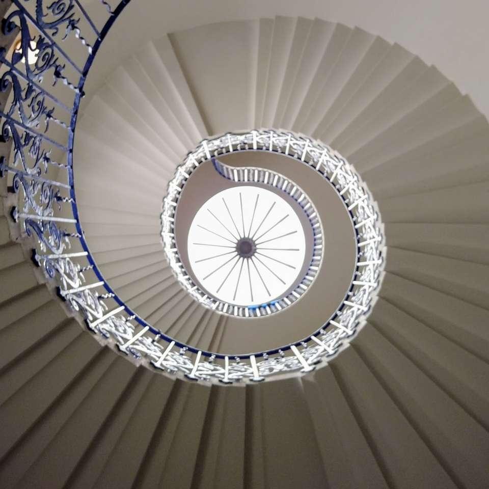 białe kręcone schody z białymi metalowymi balustradami - Greenwich, Londyn, Wielka Brytania (20×20)