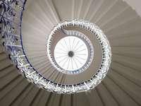 λευκή σπειροειδής σκάλα με λευκά μεταλλικά κάγκελα