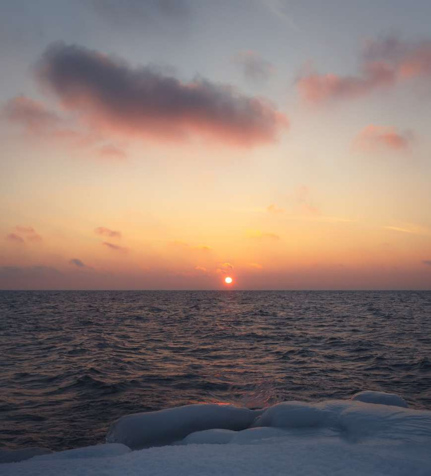 ocean pod pomarańczowym niebem podczas zachodu słońca - Pastelowy wschód słońca nad chłodnym Lake Superior. Duluth, Duluth, Stany Zjednoczone (18×20)