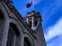 χαμηλής γωνίας φωτογραφία από μπετόν με σημαία