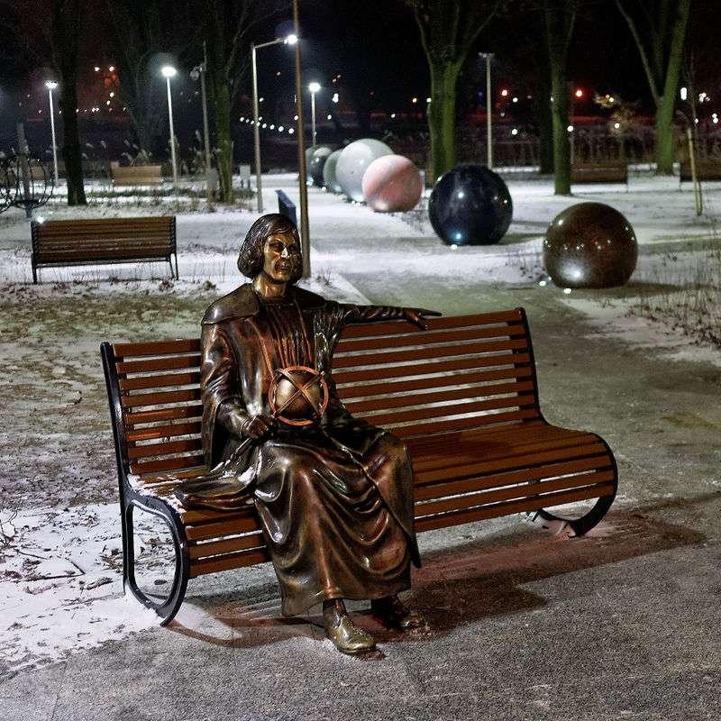 Mikołaj Kopernik - Mikołaj Kopernik i, łac. Nicolaus Copernicus[a], niem. Nikolaus Kopernikus (ur. 19 lutego 1473 w Toruniu, zm. przed 21 maja[b] 1543 we Fromborku) – polski[c] polihistor: prawnik, urzędnik, dyplom (5×5)