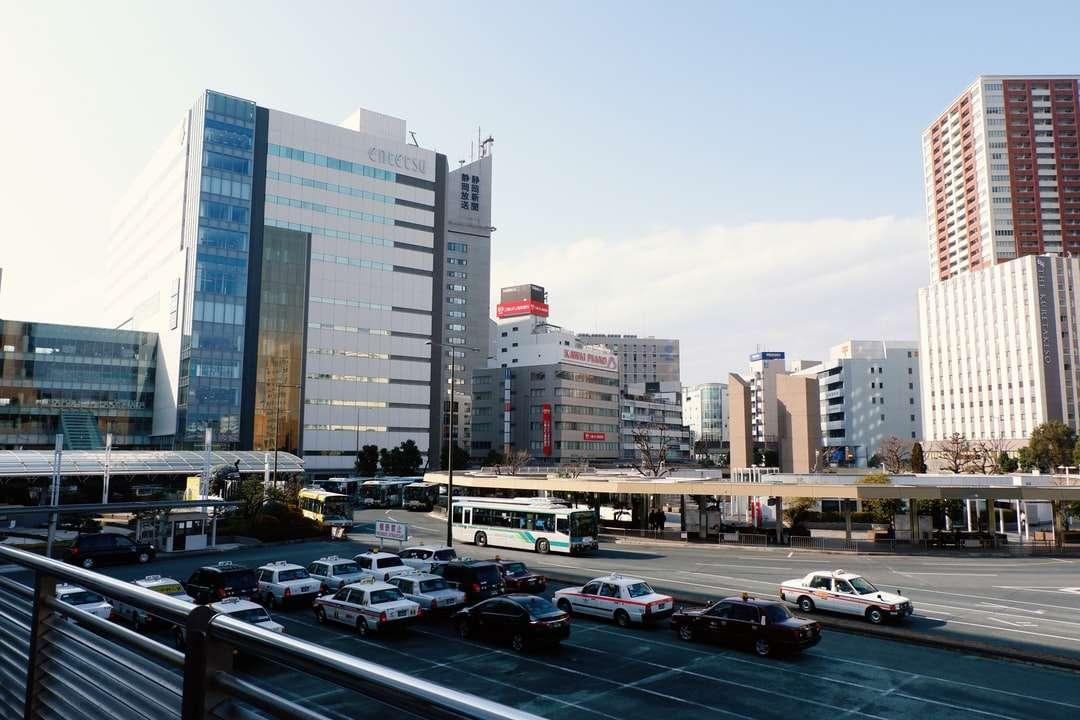 αυτοκίνητα σταθμευμένα σε χώρο στάθμευσης κοντά σε πολυώροφα κτίρια - αυτοκίνητα σταθμευμένα σε χώρο στάθμευσης κοντά σε ψηλά κτίρια κατά τη διάρκεια της ημέρας. . Hamamatsu, Shizuoka, Nhật B (16×11)