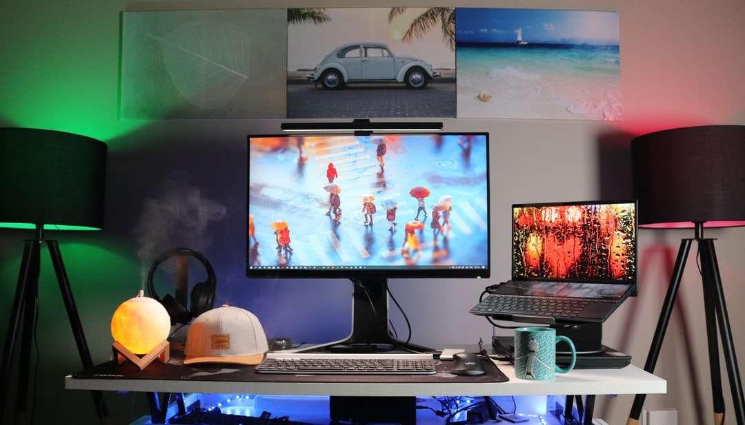 czarny monitor z płaskim ekranem na białym biurku - Naukowiec danych. Sandton, Republika Południowej Afryki (10×6)