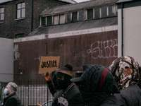 άτομα με μαύρο σακάκι στέκεται κοντά σε καφέ τοίχο