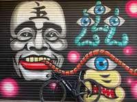 μαύρο ποδήλατο με ασπρόμαυρη μάσκα