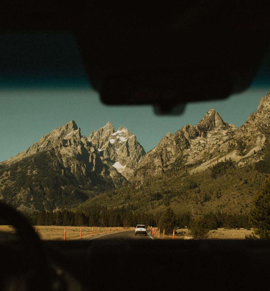 coche blanco en la carretera cerca del campo de hierba verde y la montaña - coche blanco en la carretera cerca del campo de hierba verde y la montaña durante el día. . Chaîne Teton, Wyoming, Estados Unidos (18×20)