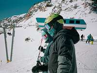 persona in giacca nera e casco verde