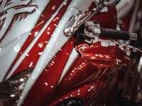 κόκκινο και λευκό κινητήρα αυτοκινήτου