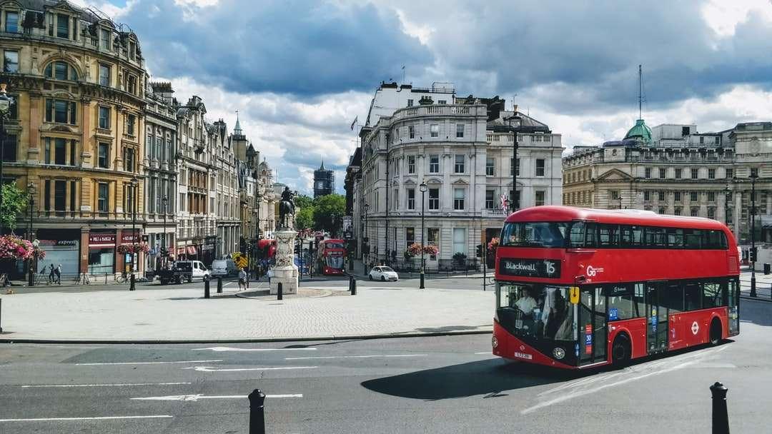 czerwony i czarny autobus na drodze w pobliżu budynku w ciągu dnia - Centralny Londyn, Londyn, Wielka Brytania (3×2)
