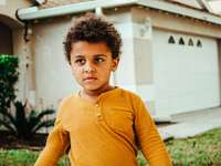 fiú sárga henley hosszú ujjú ingben