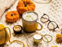 barna kerámia bögre kávéval a narancssárga sütőtök mellett