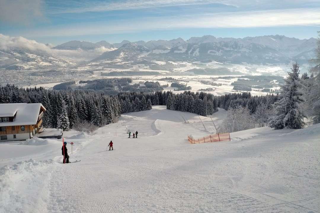 az emberek séta a hóval borított területen napközben - Havas német hegység. Oberallgäu, Deutschland (7×5)