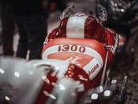 червена и бяла бутилка кока кола