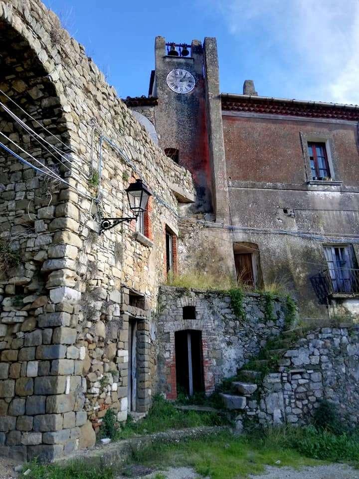 Castelpoto Benevento Włochy - Castelpoto to charakterystyczna wioska w prowincji Benevento, której historyczne centrum jest opuszczone. Zegar się zatrzymał (9×12)
