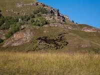 zelené louky na skalnaté hoře pod modrou oblohou