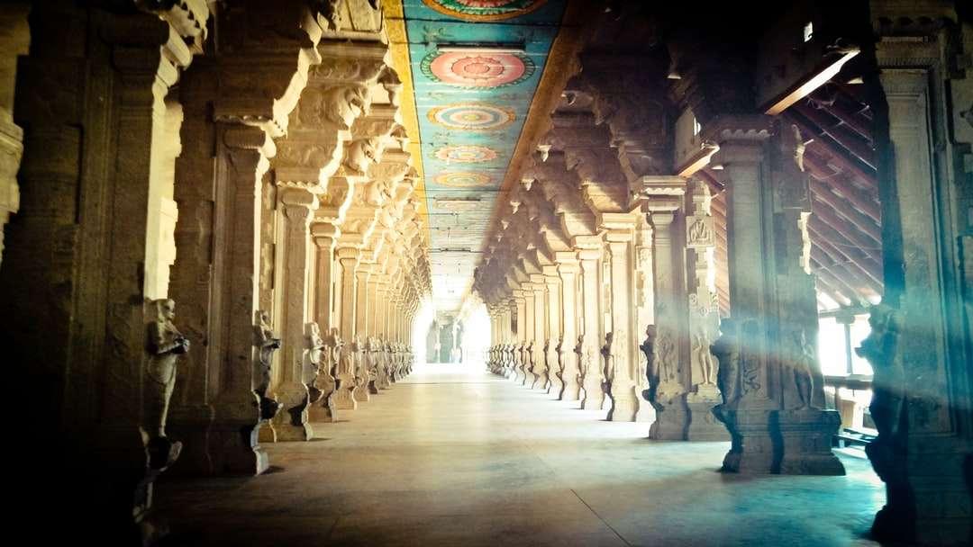 brun och beige betongbyggnad - Forntida tempel Suchindram Indien. Suchindram, Сучиндрам, Тамилнад, Indien (3×2)