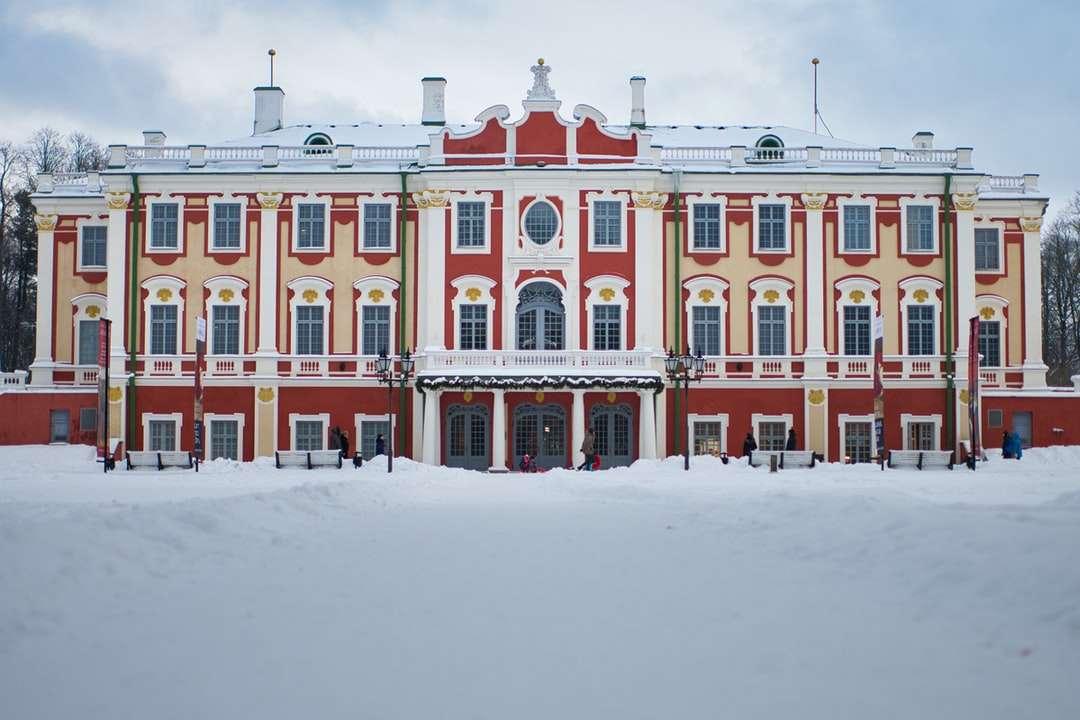 hnědá a bílá betonová budova během dne - Muzeum Kadriorg. Kadriorg, Tallinn, Estonsko (7×5)
