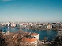 въздушен изглед на градски сгради в близост до водоема