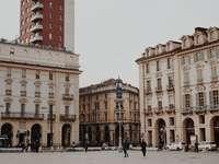 emberek az utcán, barna betonépület közelében