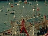 weißes und rotes Riesenrad