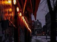 καφέ ομπρέλα στο δρόμο κατά τη διάρκεια της νύχτας