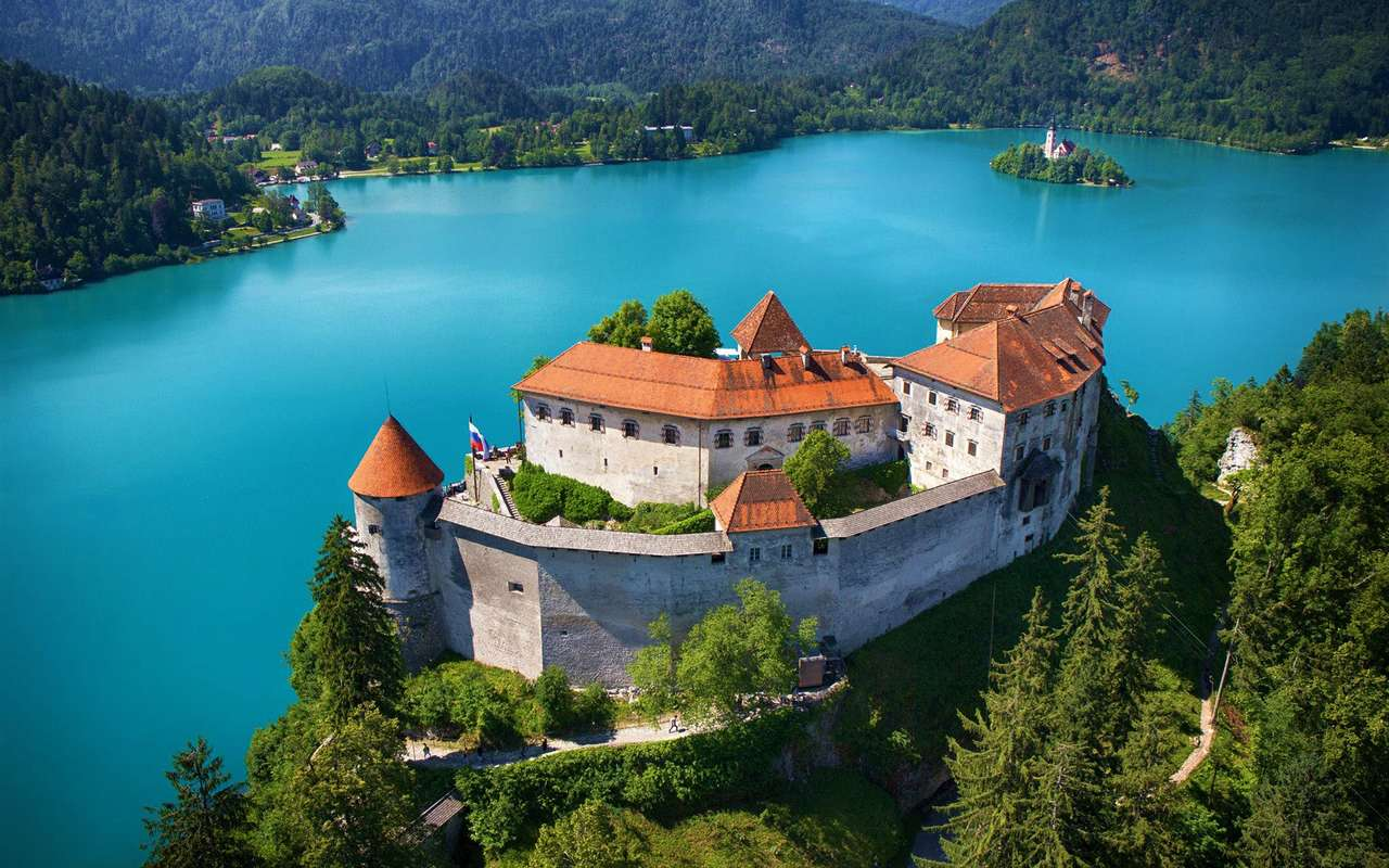 Slott på sjön blödde i Slovenien (17×11)