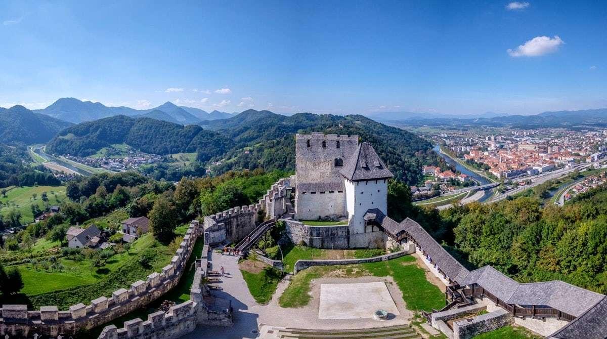 Stad av Celje med slotten i Slovenien (17×10)