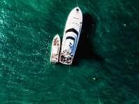 Barco blanco y marrón sobre el mar verde durante el día