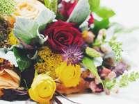 букет от жълта и червена роза
