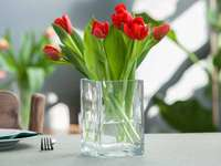 червени лалета във ваза