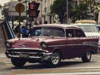 černé klasické auto na silnici během dne