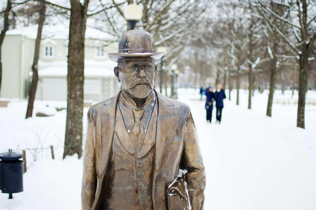 muž v soše z hnědého koženého kabátu během dne - Socha ve sněhu. Kadriorg, Tallinn, Estonsko (6×4)