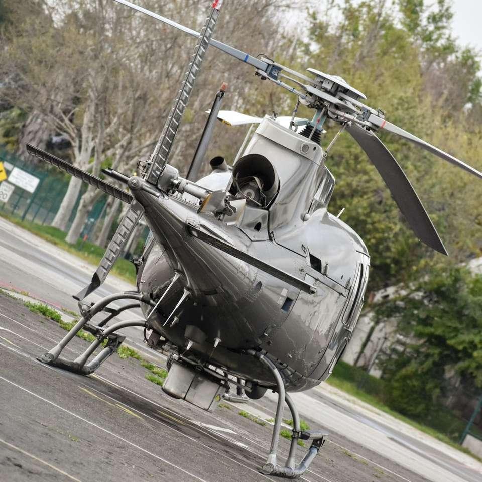 fekete helikopter nappali szürke aszfalt úton - Van Nuys repülőtér, Los Angeles, Egyesült Államok (17×17)