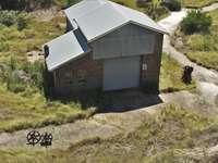 modré a bílé dřevěný dům na zelené louky